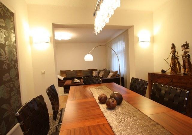 Ein Blick vom Esszimmer zum Wohnbereich. Teakholzmöbel machen das Wohnzimmer viel gemütlicher