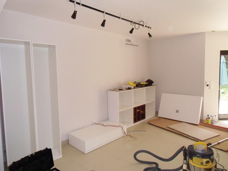 Wohnzimmergestaltung - Die ersten Möbelstücke werden aufgebaut. Hier sehen Sie Teile der modernen Wohnwand.