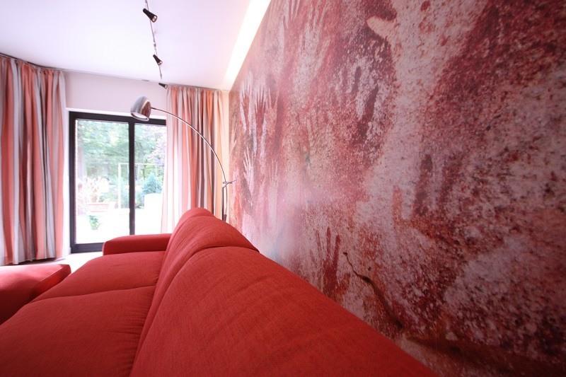Das Wandbild mit dem Händemotiv ganz aus der Nähe betrachtet.