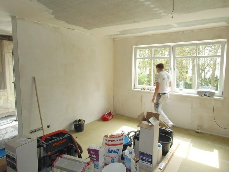 Wohnzimmergestaltung - Die vorbereitenden Renovierungsarbeiten sind fast abgeschlossen. Die Wände sind bereits glatt verspachtelt.