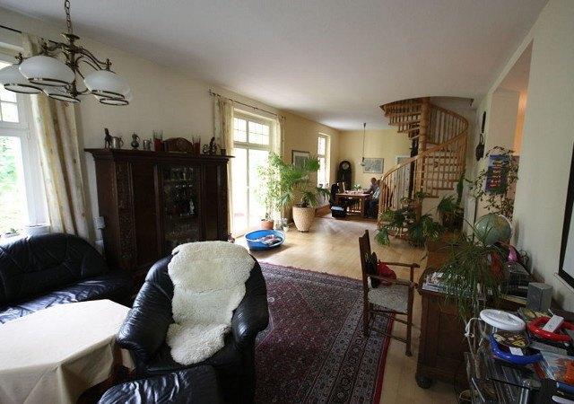 Das vorhandene Wohnzimmer ist wie geschaffen für mehr Struktur und ein schönes Farbkonzept