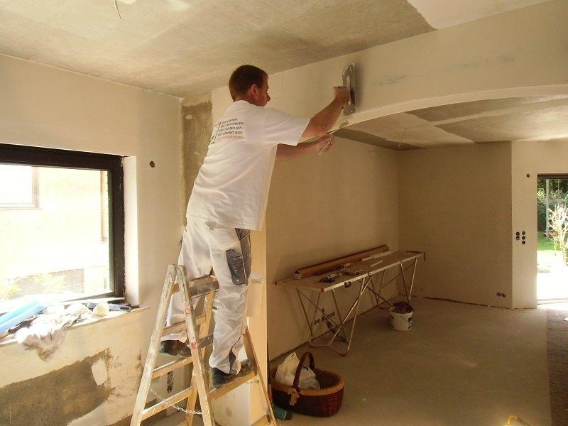 Wir verspachteln die Wände absolut glatt. Das ist eine wichtige Voraussetzung, dass der Anstrich später edel aussieht.