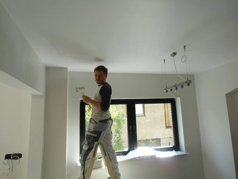Die Malerarbeiten gehen gut voran. Jetzt ist das Streichen der Zimmerdecken fast abgeschlossen.