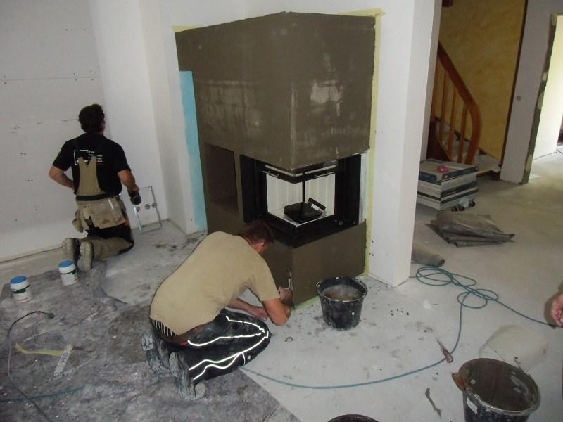 Der Kamin wird verputzt, das ist die Vorbereitung zum Fliesen.