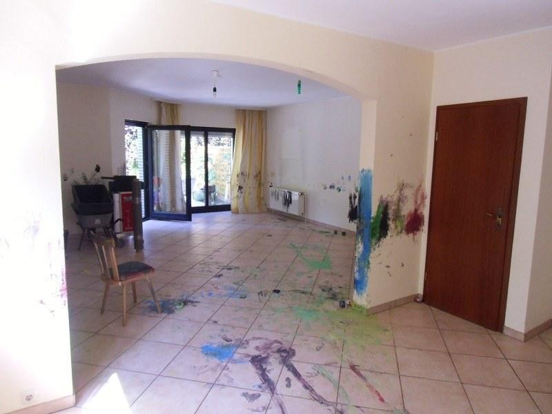 Bevor wir mit der Wohnzimmergestaltung begannen, konnten sich die Kinder der Familie an den Wänden kreativ betätigen. Sie hatten viel Freude daran, die Zimmerwände mit Farbe zu verzieren.