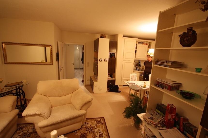 Durch die wahllose Anordnung der Möbel erscheint das Wohnzimmer unordentlich.