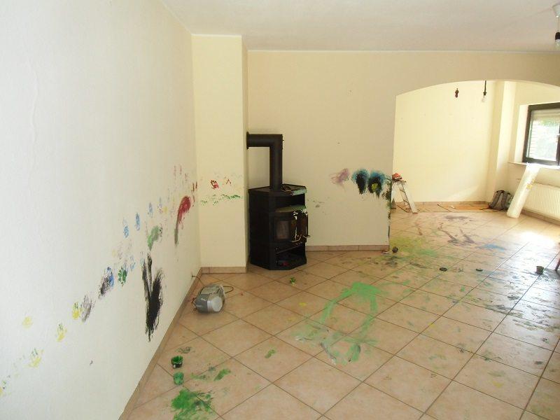 Der alte wirklich sehr kleine Kamin. Übrigens: vor der Wohnzimmergestaltung durften die Kinder unserer Kunden ihre Handabdrücke an den Wänden platzieren.