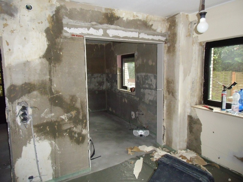 Nach Platzierung des Stahlträgers entfernten wir die Wand und glätten nun die Türöffnungsanschlüsse.