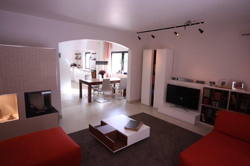 Die moderne Wohnwand mit TV-Element und ein passender Tisch ergänzen sich hervorragend.
