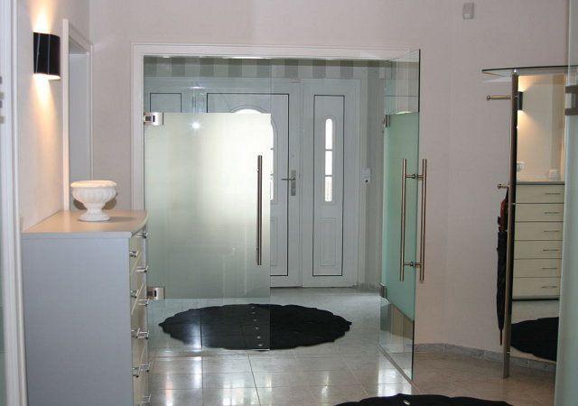 Rauchglastüren ersetzten wir durch diese moderne Glastüranlage. Formschöne Edelstahlgriffe und eine satinierte Beschichtung lassen die Türen edel wirken.