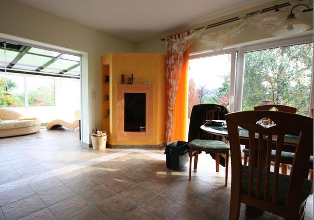 Vor der Renovierung waren die Wände und der Kamin orange gestrichen