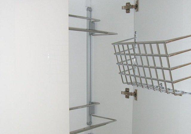 Ankleidezimmer - Nützliche Details in den Schränken sorgen für mehr Überblick und Ordnung.