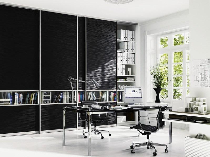 Arbeitszimmereinrichtung - Hochwertige Schiebetüren die von Wand zu Wand verlaufen, sind eine stilsichere Lösung um Akten dezent verschwinden zu lassen.
