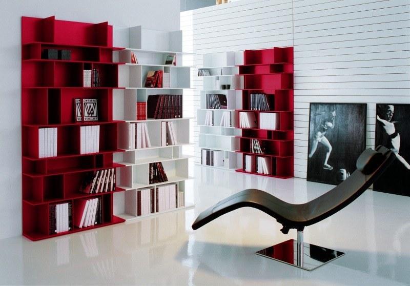 Bibliothekseinrichtung in rot/weißer Farbkombination
