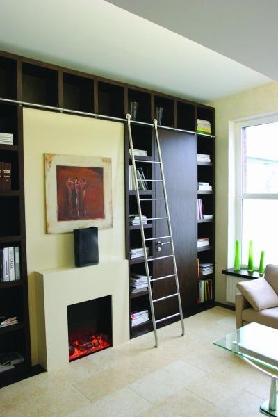 Bibliothekseinrichtung mit maßgefertigter Bücherwand und praktischer Schiebeleiter