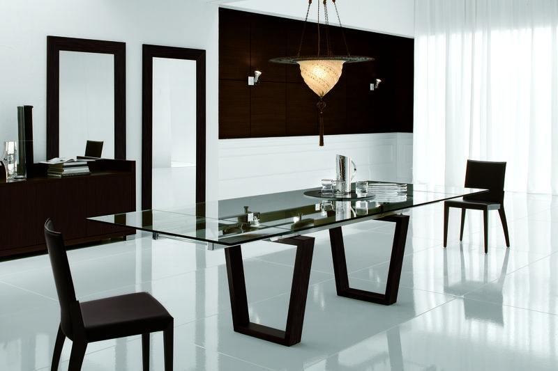 Eine Esszimmereinrichtung mit Glastisch und Lederstühlen