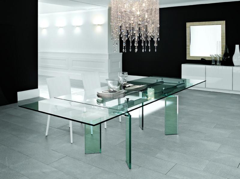 Eine sehr exklusive Esszimmereinrichtung mit einem großen Glastisch