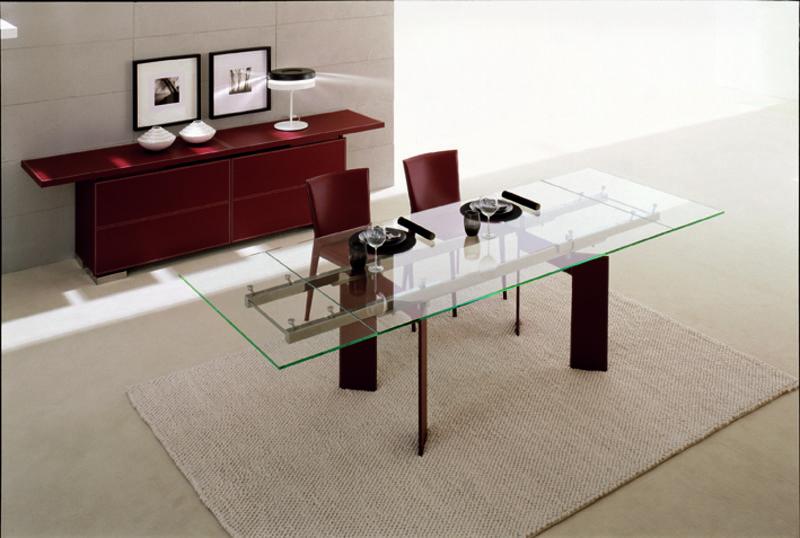 Eine Esszimmereinrichtung mit Sideboard und Stühlen aus Kernleder