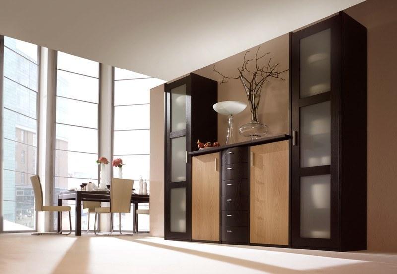 Eine Esszimmereinrichtung in klassischem Stil mit Möbeln aus edlem Echtholz
