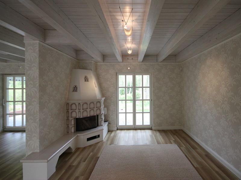 Erneuerung des Fußbodenbelages, Aufarbeiten eines vorhandenen Kamins, Tapezieren, Zimmerdecken aufarbeiten, dass alles gehört zu unseren Konzepten.