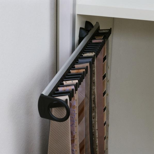 Mit einem ausziehbaren Krawattenhalter für 30 Krawatten Stauraum schaffen
