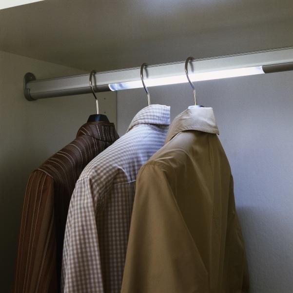 Stauraum schaffen – Kleiderstange mit Beleuchtung