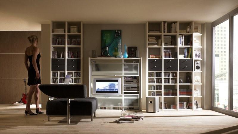 Wohnzimmergestaltung mit maßgefertigter Bücherwand