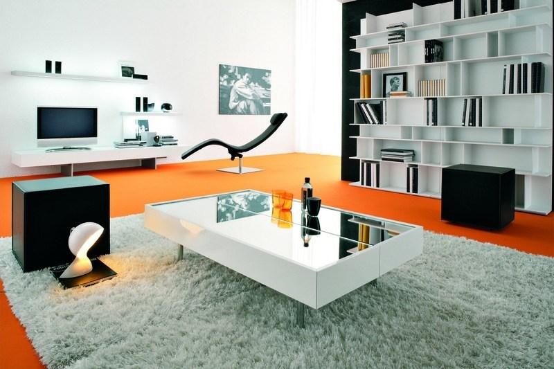 Moderne Wohnzimmergestaltung mit ausklappbarem Tisch und Designerregal