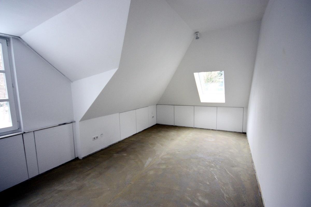 Ankleidezimmer vorher mit Stauraum im Drempel