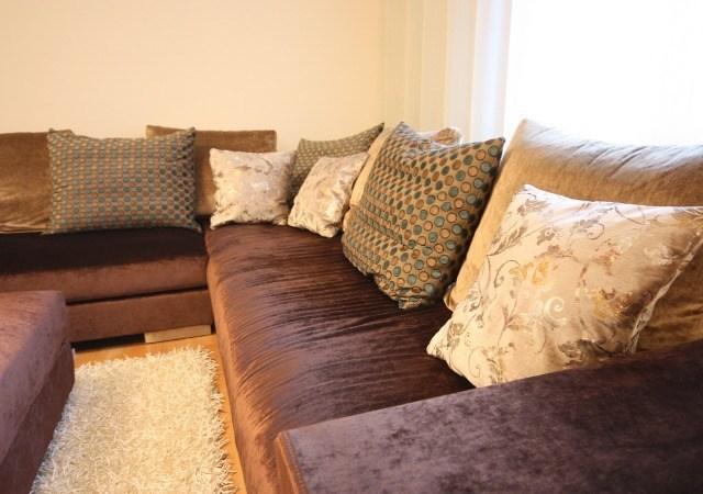 Ein gemütliches Sofa mit schicken Kissen schafft nach der Umgestaltung viel Gemütlichkeit