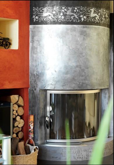 Für einen glänzenden Eindruck sorgt die Kaminbeschichtung mit Metallpigmenten.