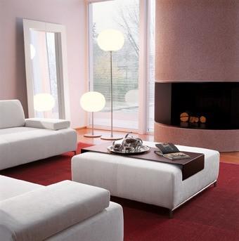 Ein Wohnzimmerdesign mit modernem Charakter. Das Sofa wird multifunktional und dient als Sitzgelegenheit und wahlweise als Tisch.