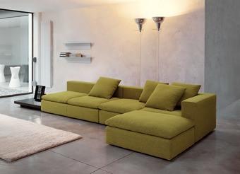 Sofalandschaften dienen oft als Farbtupfer des Wohnzimmers.