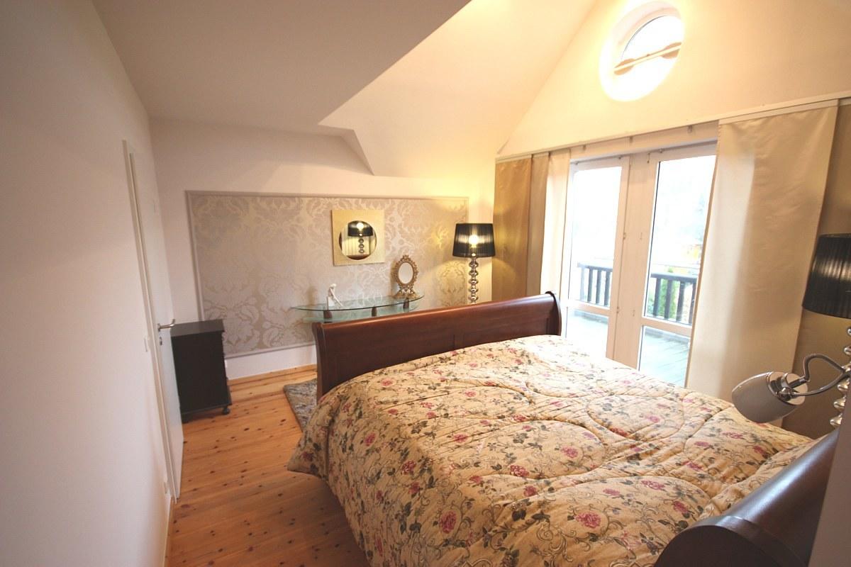 Schlafzimmer gestalten - Das vorhandene Wasserbett steht nun an der gegenüberliegenden Wand und fügt sich harmonisch in das neue Konzept ein.