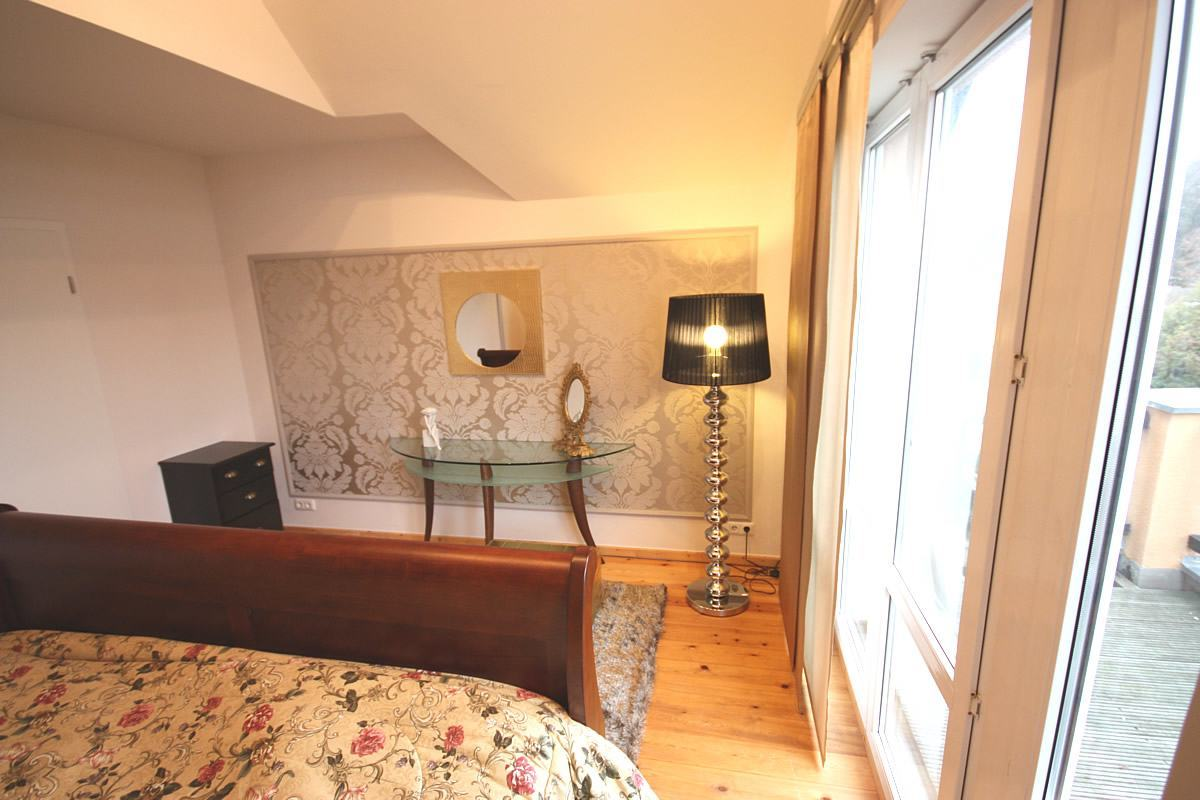 Schlafzimmer gestalten - Ein Schminktisch an der dekorativen Wand passt zum romantischen Stil des Schlafzimmers.