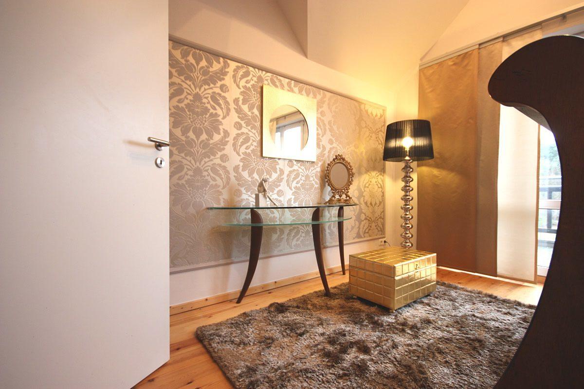 Schlafzimmer gestalten - Für einen angenehmen Lichteinfall sorgen die zarten Schiebevorhänge aus echter Seide in Goldtönen.