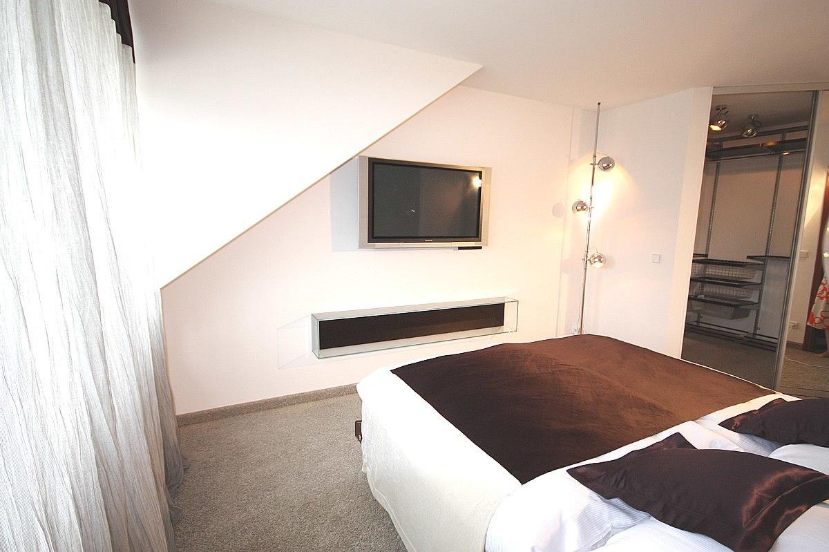 Mit der neuen Schlafzimmereinrichtung kann nun vom Bett aus super bequem Ferngesehen werden.