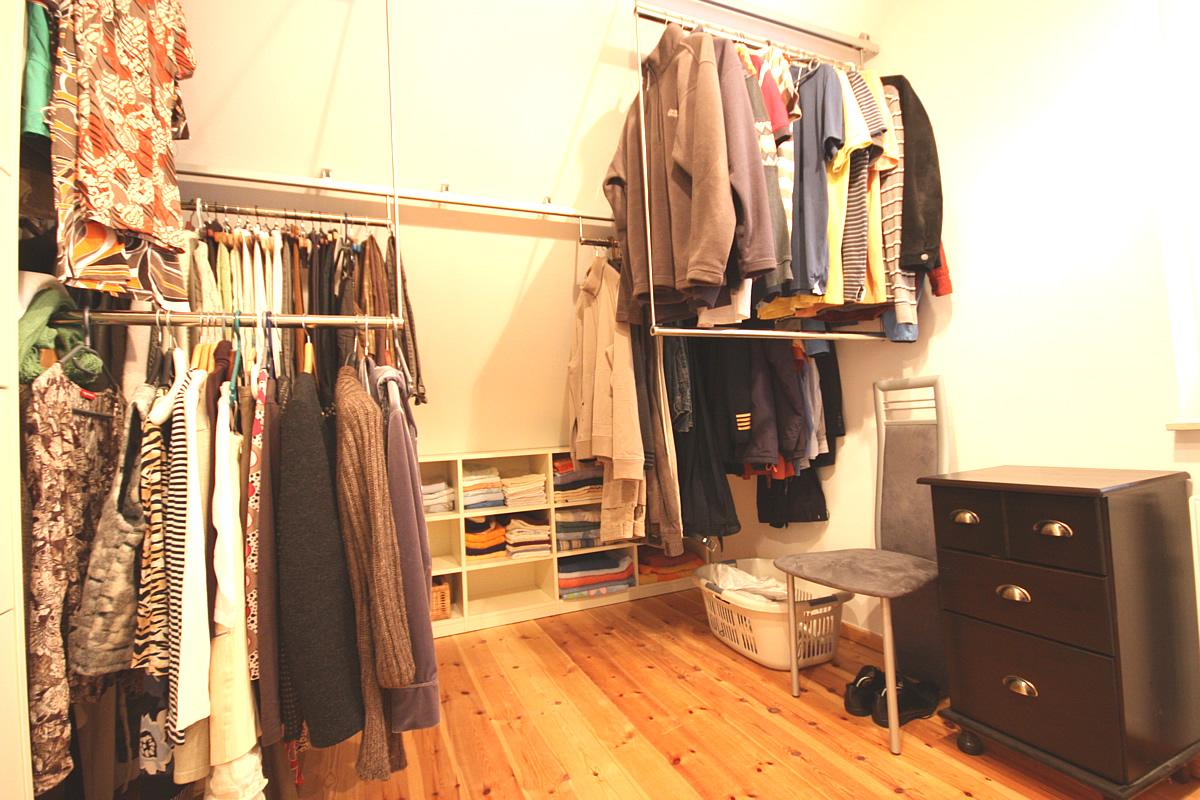 Schlafzimmer gestalten - Unter der Schräg platzierten wir verschiebbare Kleiderstangen, welche enorm viel Platz und Flexibiliät bieten.