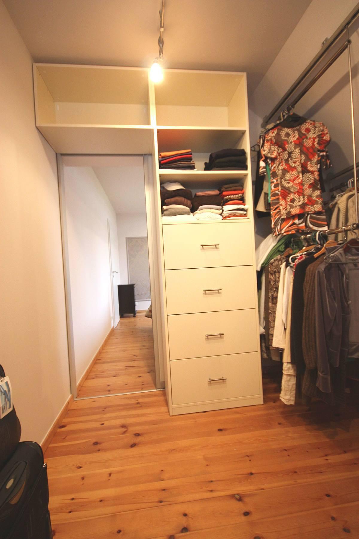 Durch das Schließen der Wand zum Schlafzimmer entstand dieses geräumige Ankleidezimmer mit Platz für Schränke.