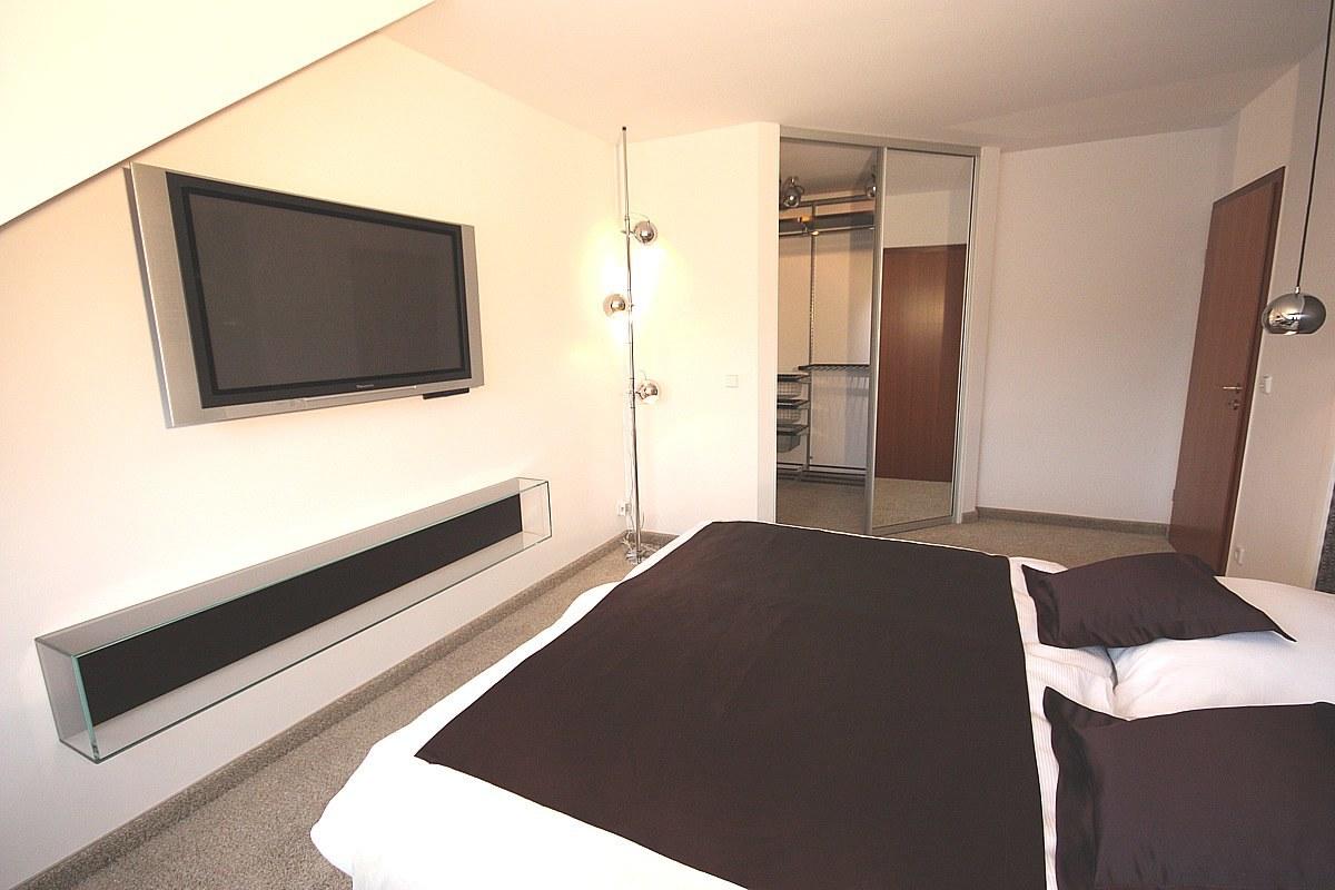 Schlafzimmereinrichtung - Hier ein Blick zum neuen, geräumigen begehbaren Kleiderschrank mit Spiegeltüren. Kleiderstangen und Körbe können jederzeit nach Bedarf umgesteckt werden.
