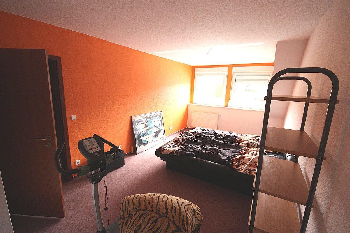 Vor der Umgestaltung waren die Wände mit oranger Farbe gestrichen.