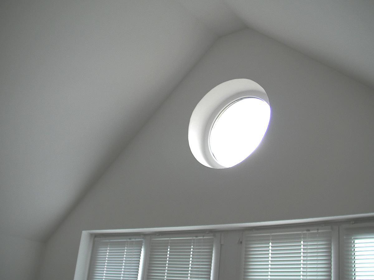Ein kleines rundes Fenster ließ nachts störendes Licht ins Zimmer und sollte bei Bedarf verdunkelt werden.
