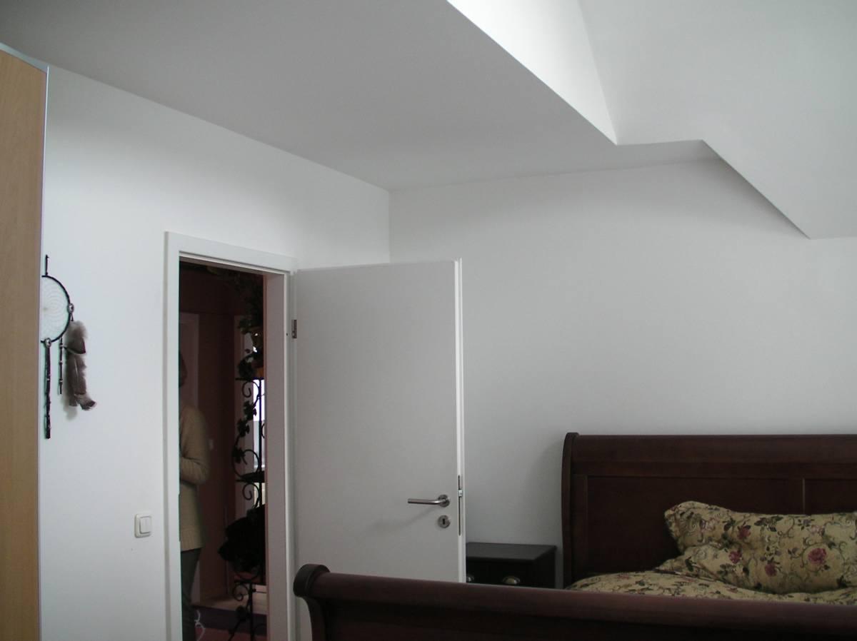 Die andere Seite des Zimmer zeigt das gleiche Bild, auch hier gibt es eine verwinkelte Zimmerdecke.