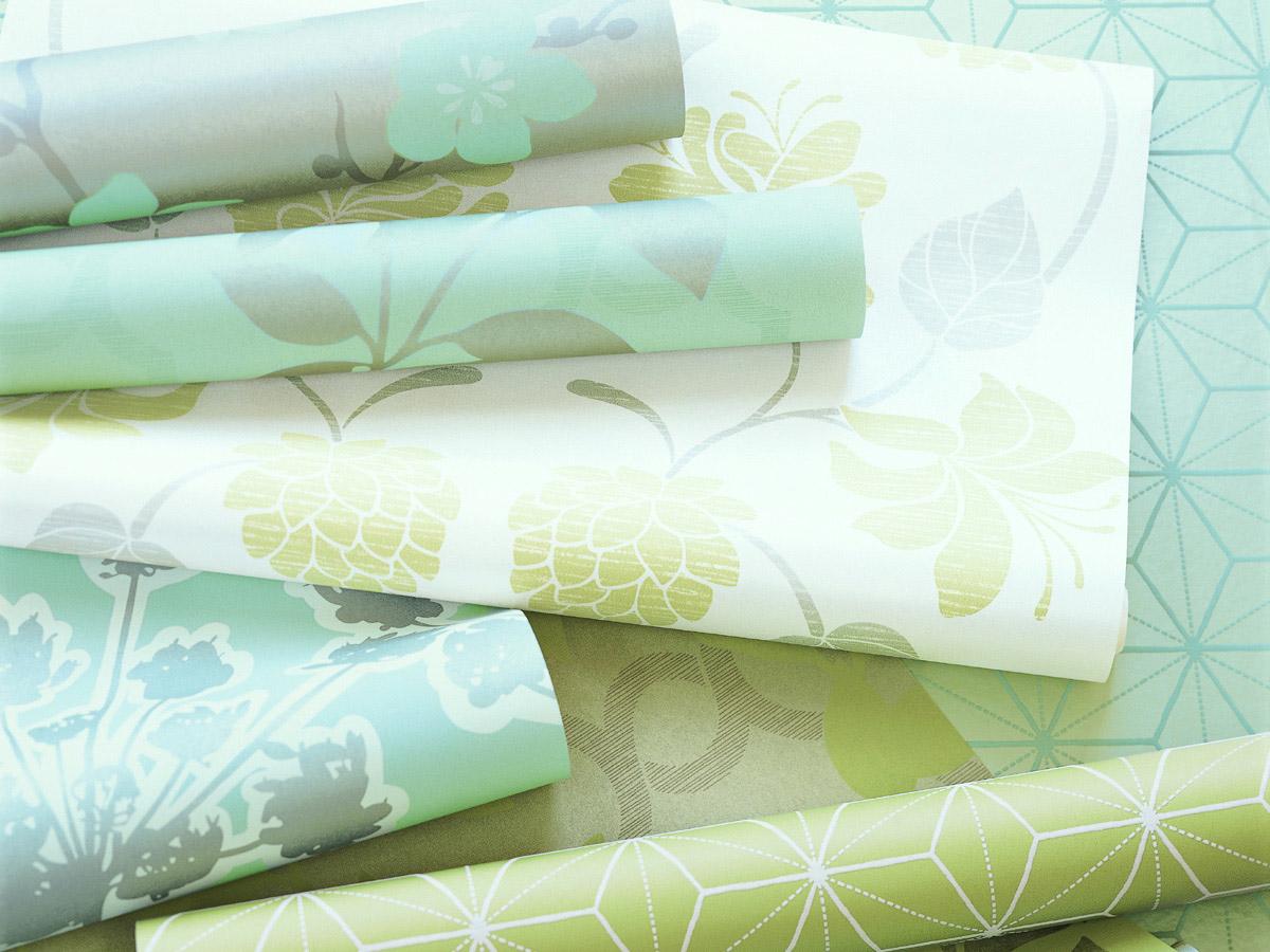 Hochwertige florale und gemusterte Tapetenrollen in Pastellfarben Grau, Silber, Mintgün, Goldgelb und weiß.