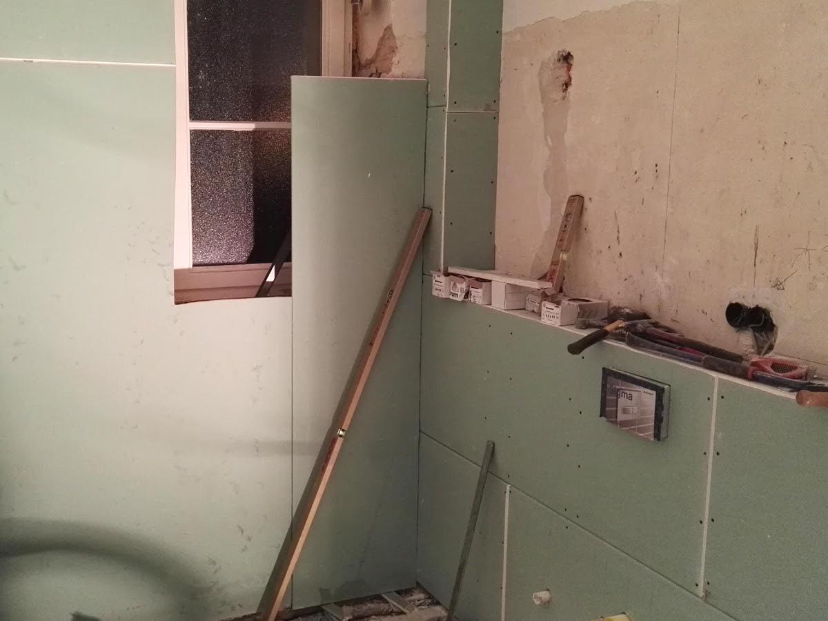 Badsanierung rollstuhlgerecht - Mit der doppelten Beplankung der Wände mit Trockenbau erreichen wir sehr glatte Wände.