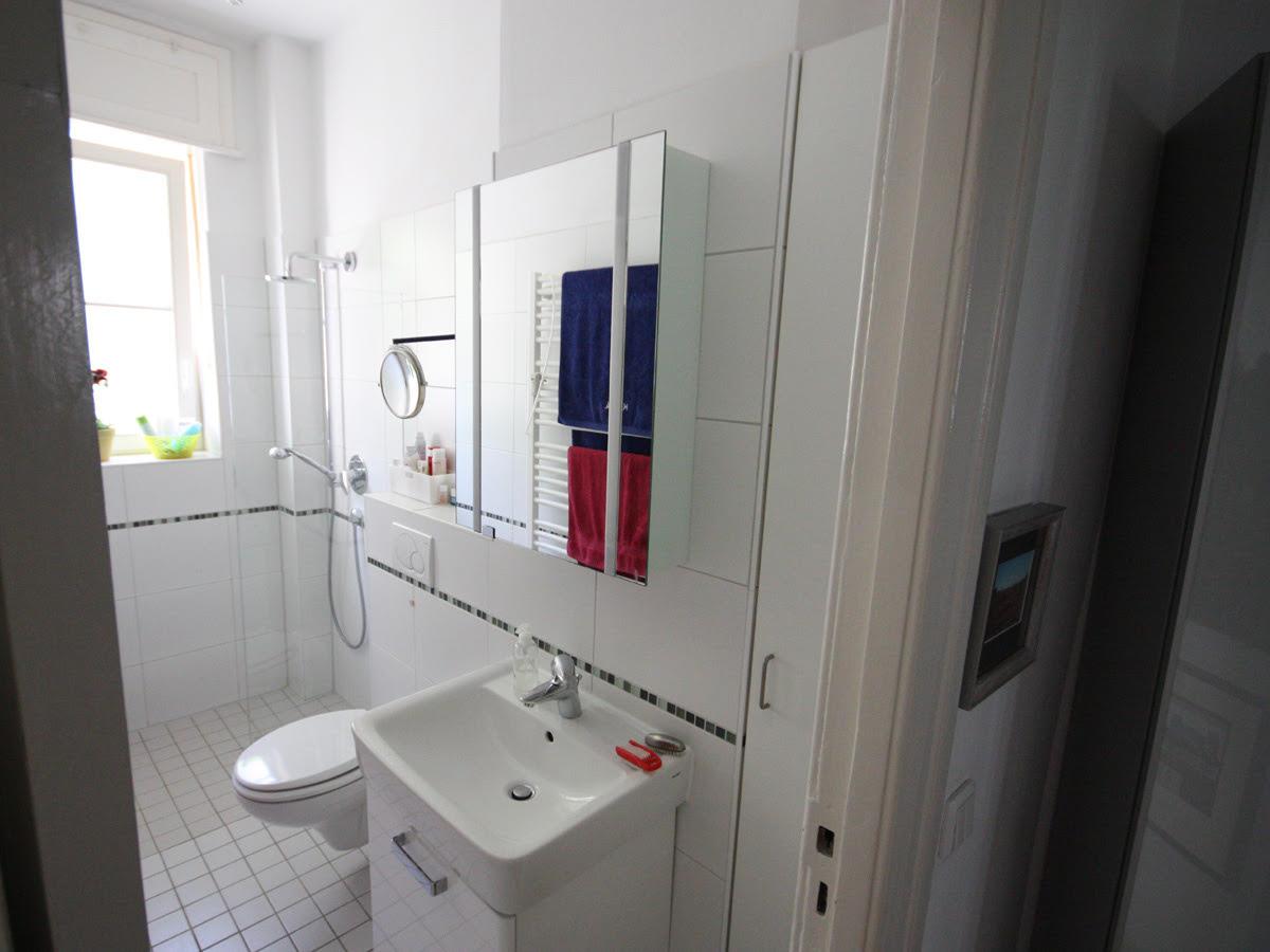 Badsanierung - Die Tür zum Bad öffnet in das Bad hinein. Wir änderten den Türanschlag, sodass die Tür später in den Flur hinein öffnet. Somit hatten die Kunden keinen störenden Türflügel mehr im Bad.